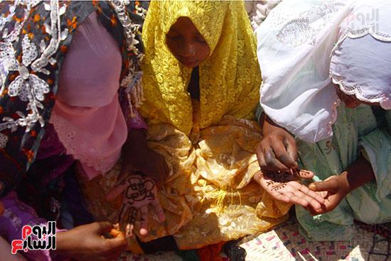 فتيات يرسمن بالحناء فى واحة قارة أم الصغير