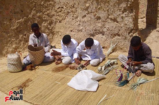 شباب وأطفال واحة أم الصغير يعملن فى صناعة الخوص