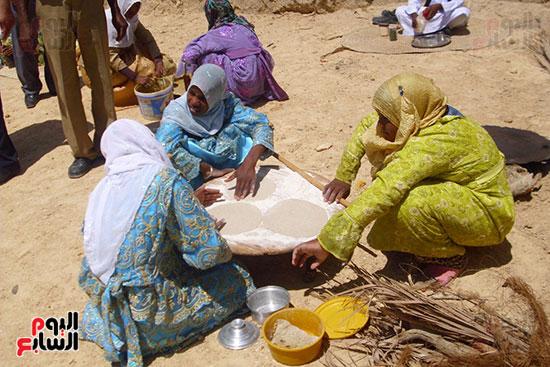 فتيات صغيرات يتعلم صناعة الخبز قارة أم الصغير
