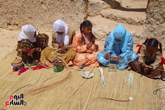 فتيات وسيدات قارة أم الصغير يبرعن فى صناعة الخوص