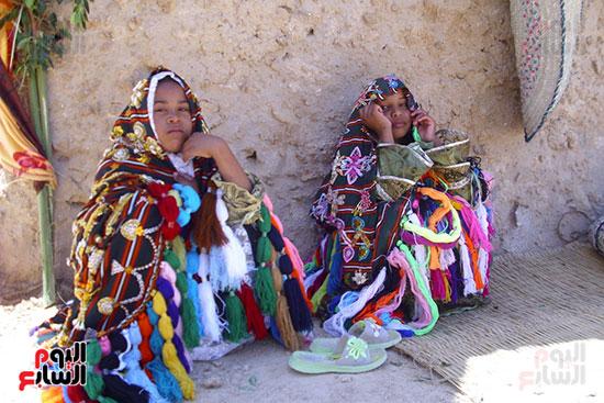 فتاتان ترتديان الزى التقليدى بواحة قارة أم الصغير