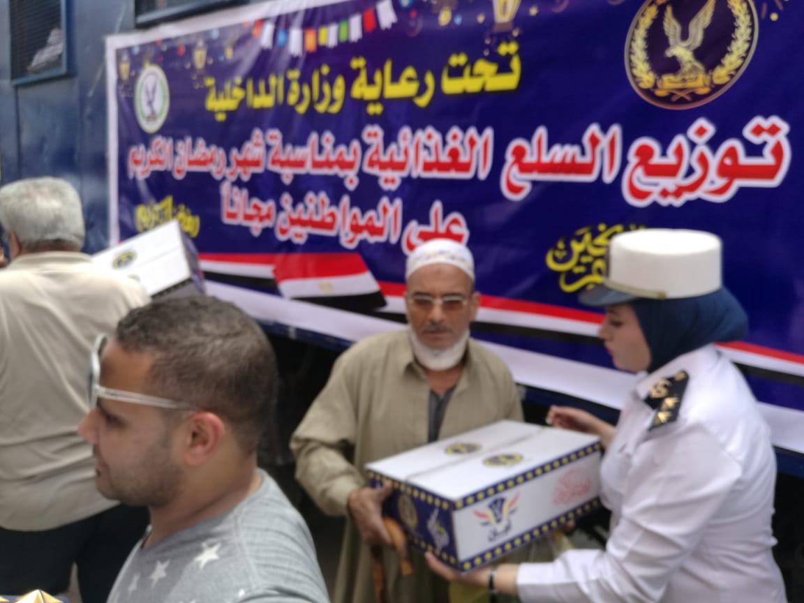 عناصر الشرطة النسائية تشارك فى توزيع السلع الغذائية على المواطنين