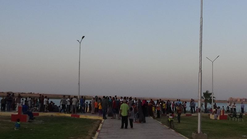 مواطنين يشاهدون اطلاق المدفع