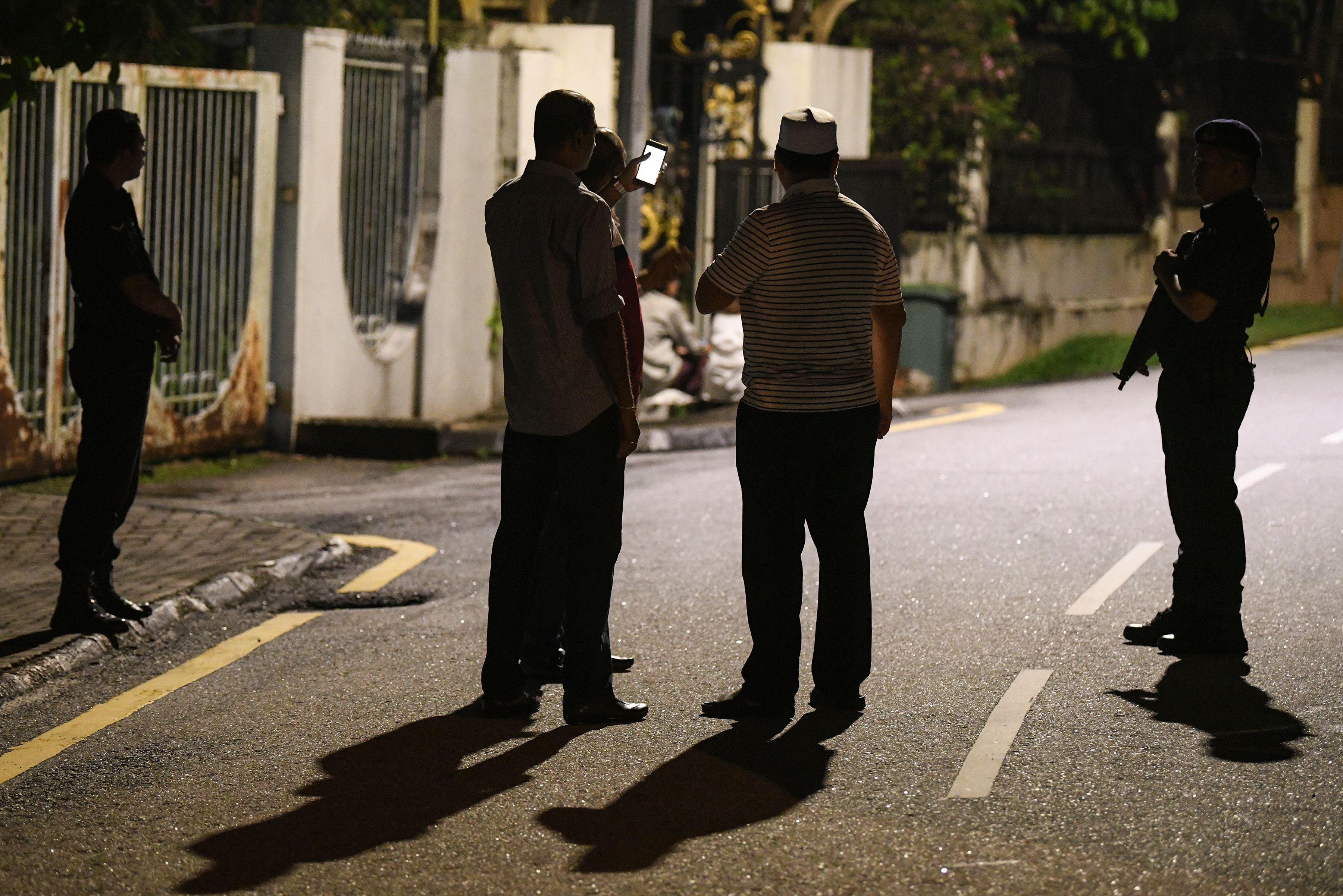 عناصر من الشرطة خارج منزل عبد الرزاق