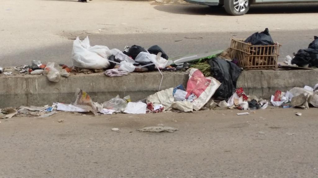 تلال القمامة فى شوارع أسوان