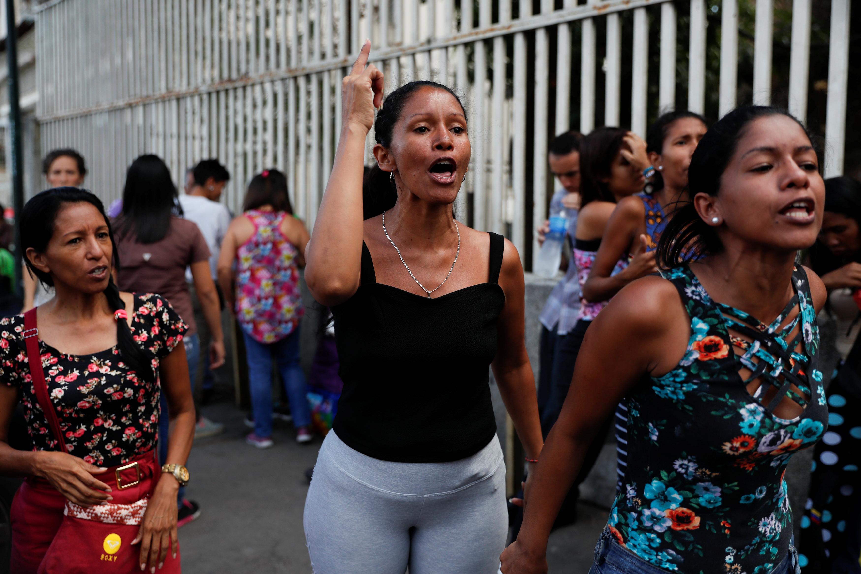 احتجاج لذوى المحتجزين خارج مقر الاحتجاز