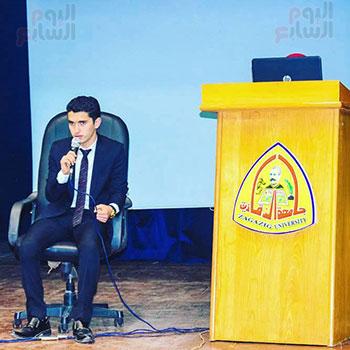 أحمد طارق خلال قراءة القرآن