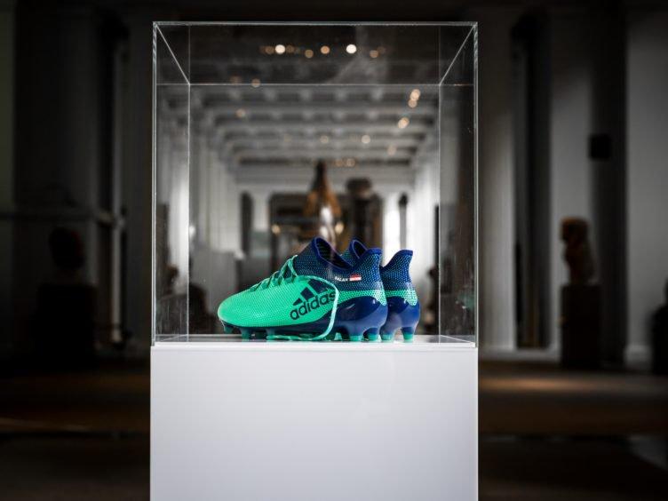 حذاء-محمد-صلاح-يزين-المتحف-البريطاني