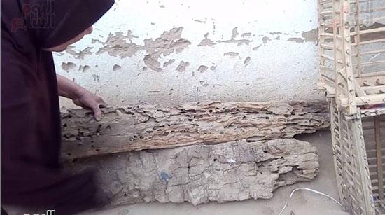 بقايا من السقف المنهار بسبب النمل الابيض