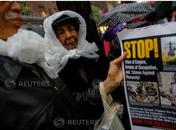 لافتة تطالب الاحتلال بالتوقف عن استخدام العنف