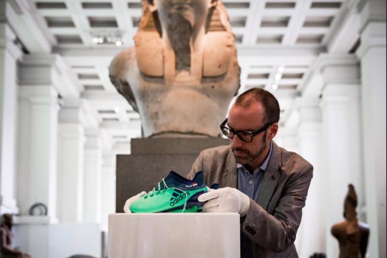 حذاء محمد صلاح خلال وضعه في المتحف البريطاني