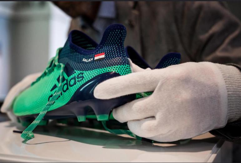 حذاء النجم المصري محمد صلاح في المتحف البريطاني