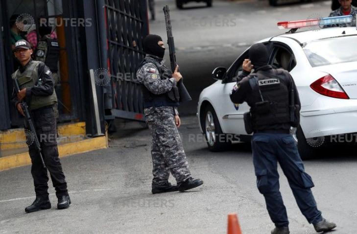 قوات الأمن فى فنزويلا خارج مقر الاحتجاز