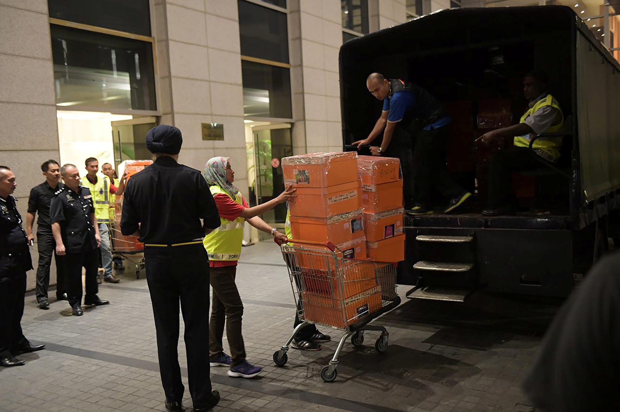 الشرطة تضع الحقائب داخل شاحنة