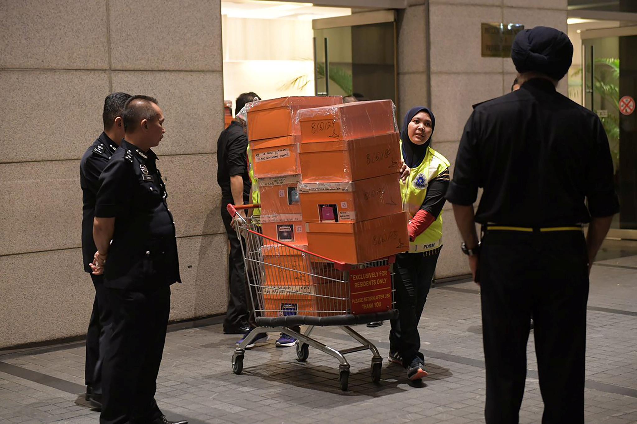 عربة تحمل حقائب تم مصادرتها