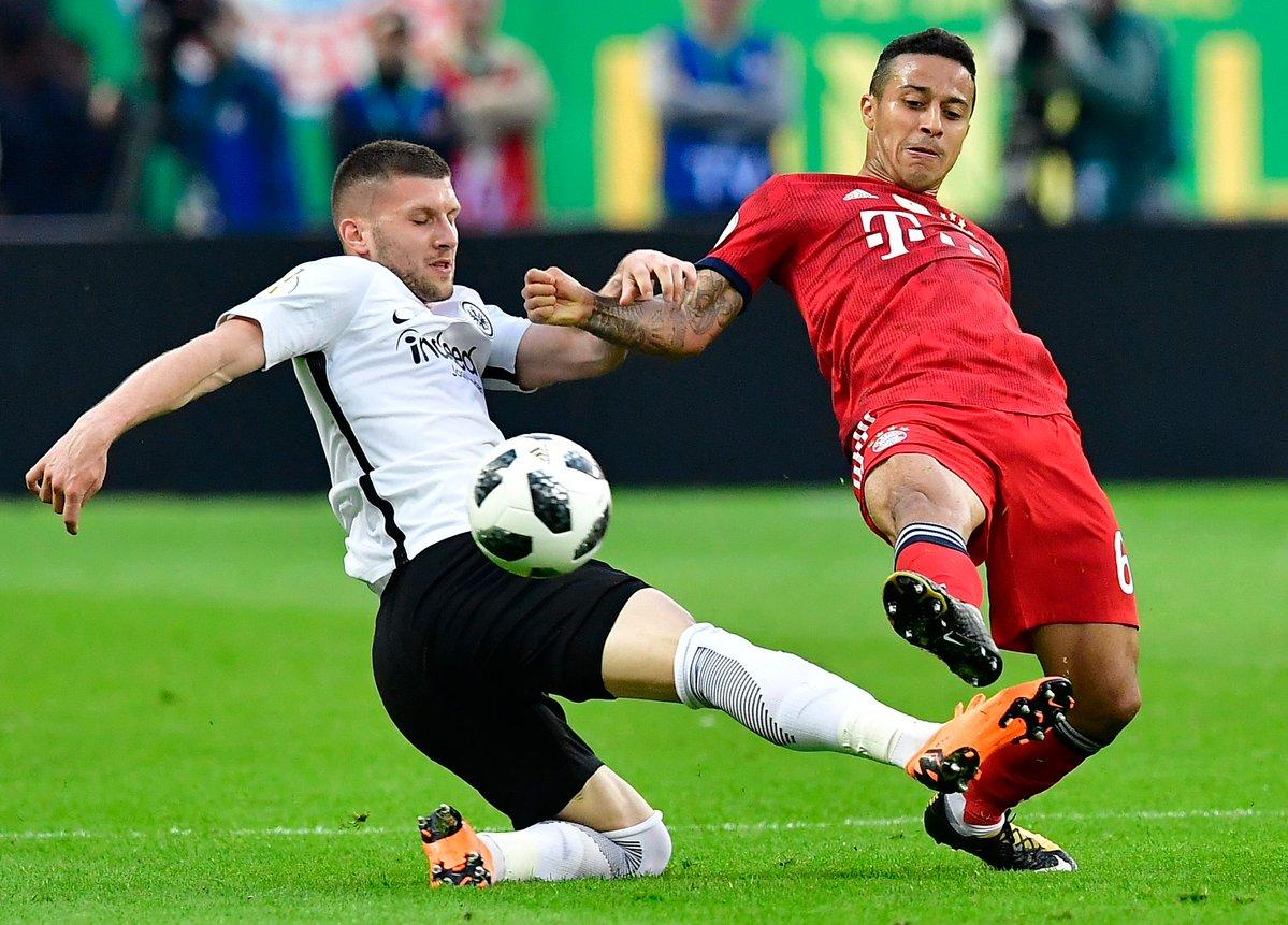 كرة مشتركة فى مباراة بايرن ميونخ واينتراخت