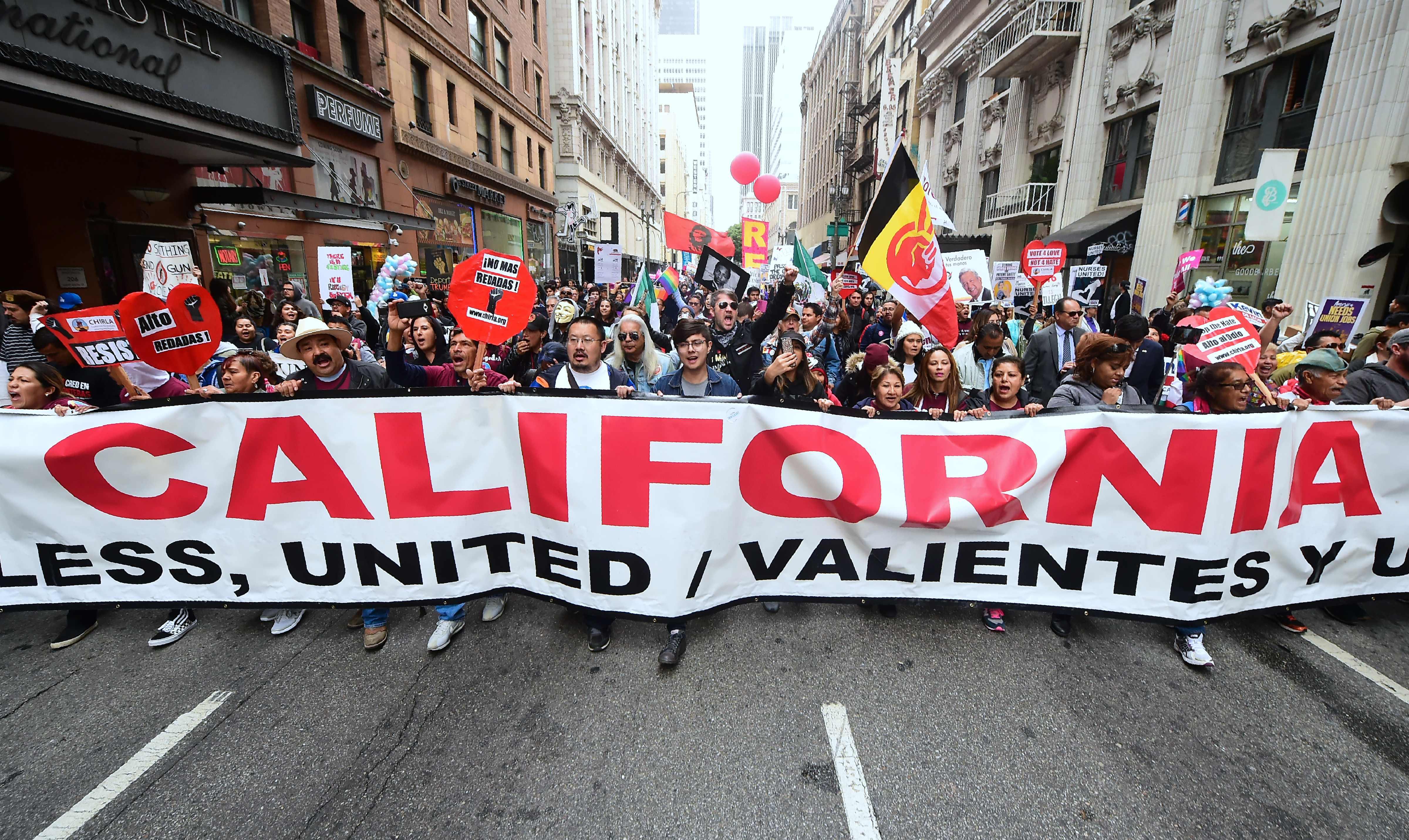 لافتة مكتوب عليها كاليفورنيا