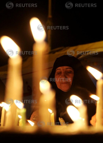 امرأة تشعل الشموع