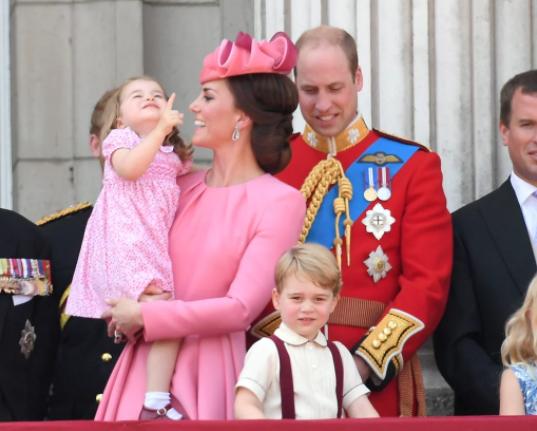 الأميرة بفستان وردى مشجر