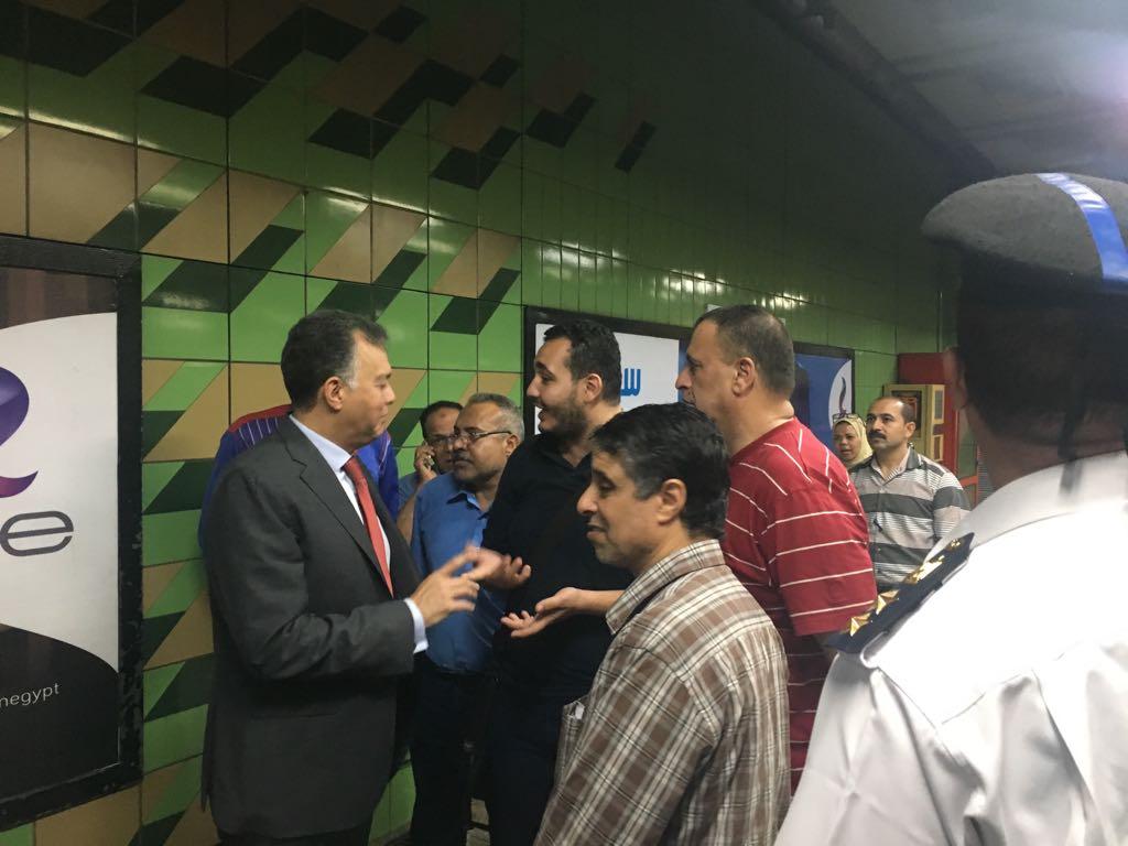 وزير النقل يقوم بجولة مفاجئة لمحطات المترو (1)