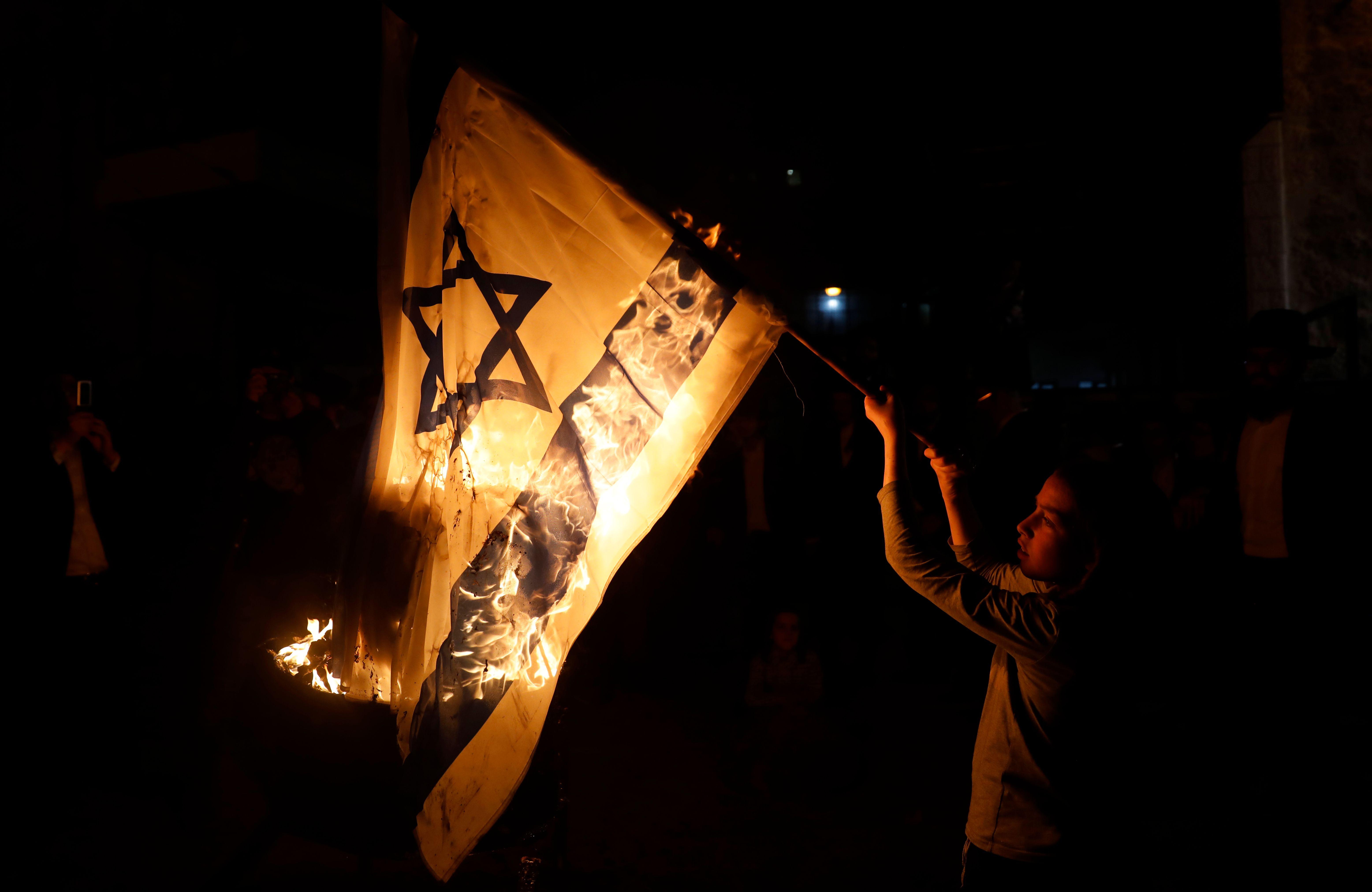 شاب يحرق العلم الإسرائيلي
