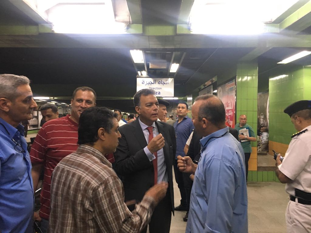 وزير النقل يقوم بجولة مفاجئة لمحطات المترو (2)
