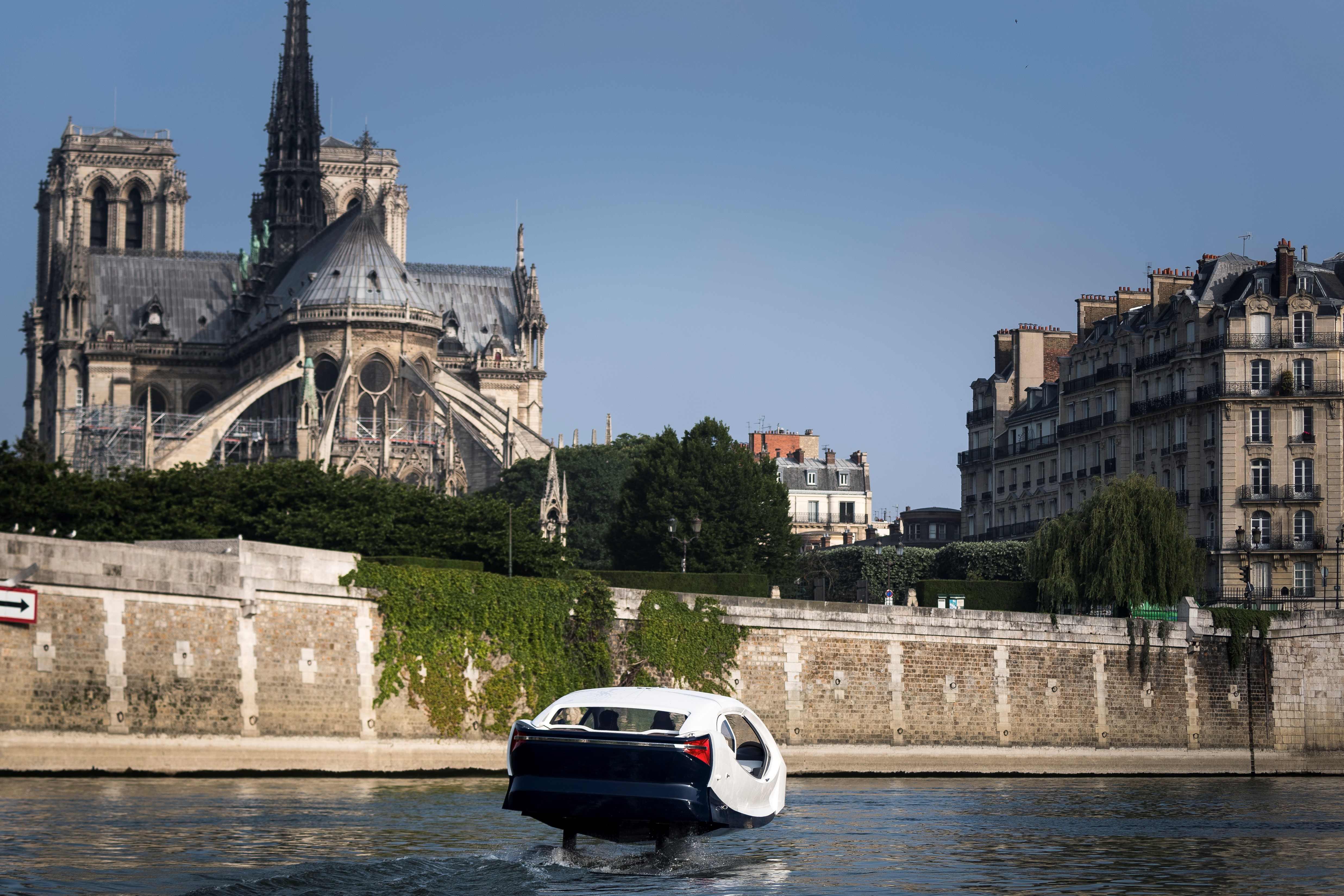 رحلة تجريبية للتاكسى الطائر فى نهر السين بفرنسا