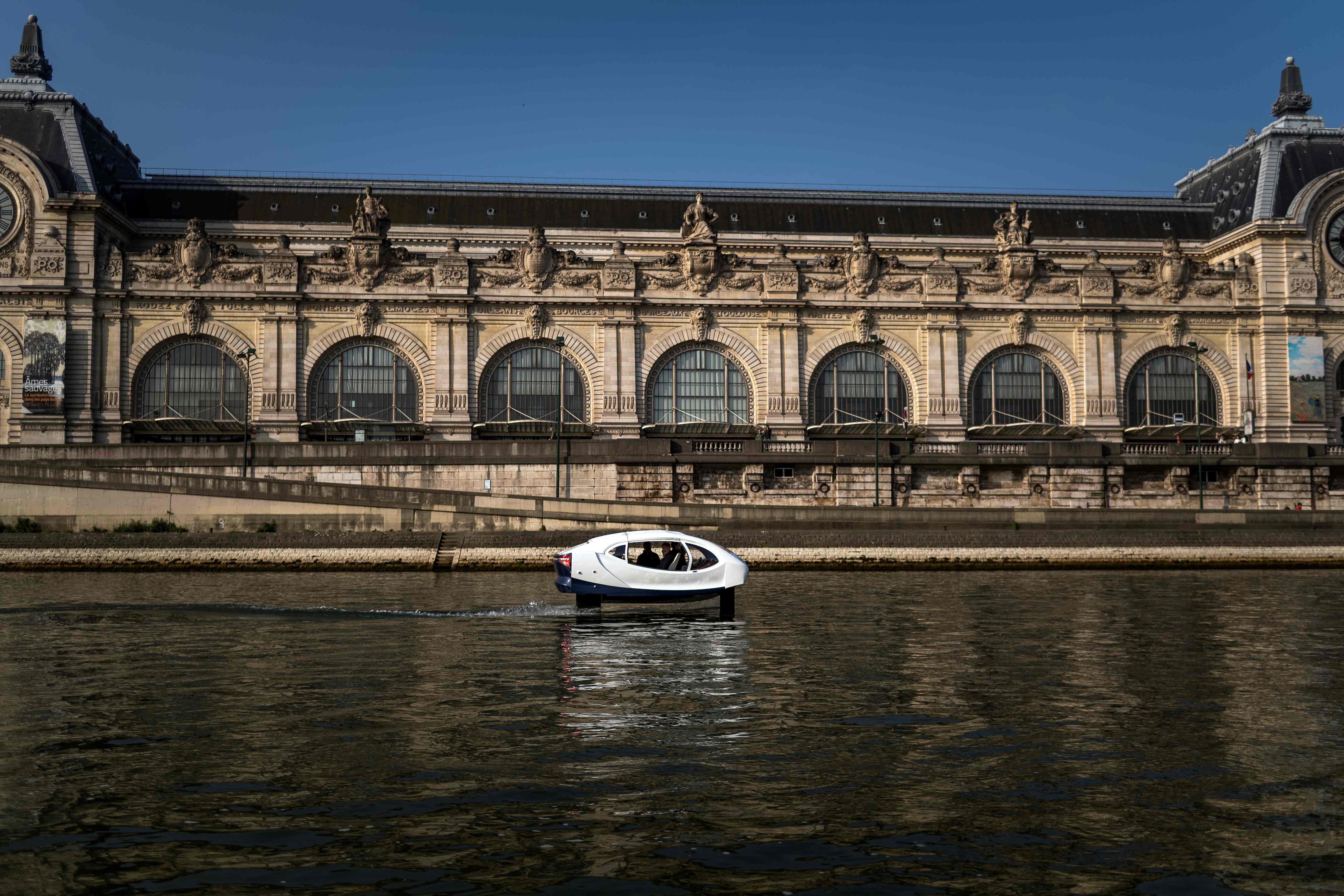 """رحلة لـ""""فقاعة البحر"""" فى نهر السين بفرنسا"""