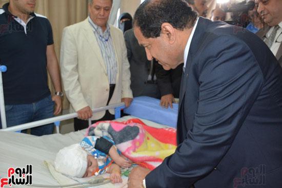 محافظ-الغربية-يطمئن-على-صحة-الطفل-زياد-بمستشفى-الطوارىء-ويقدم-الشكر-لفريق-الاطباء-(4)