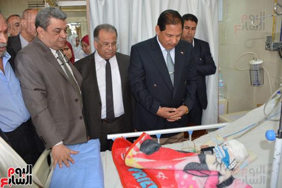 محافظ-الغربية-يطمئن-على-صحة-الطفل-زياد-بمستشفى-الطوارىء-ويقدم-الشكر-لفريق-الاطباء-(1)