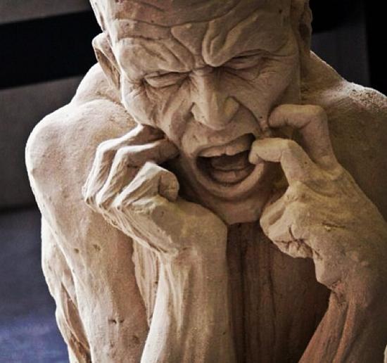 تمثال يجسد مشاعر الألم