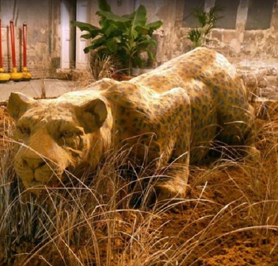 تمثال للنمر الرابض