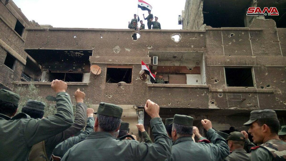 رفع العلم السورى فى مخيم اليرموك