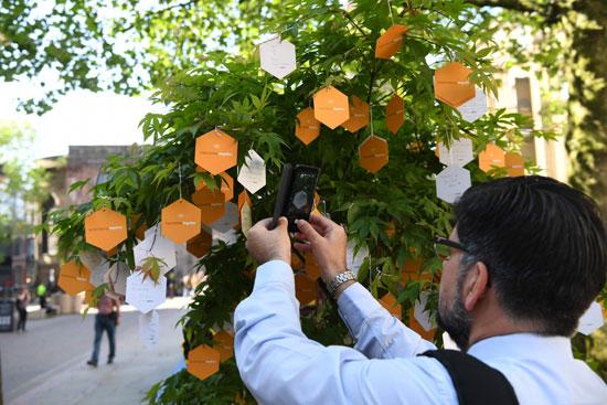 مواطن بريطانى يصور كلمات الإهداء لأرواح ضحايا هجوم مانشستر