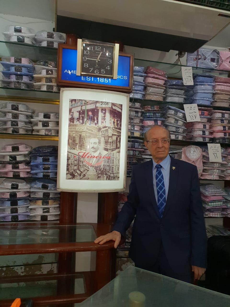 3- رئيس الجمعية اليونانية مع صورة والده الذى أسس أقدم محل