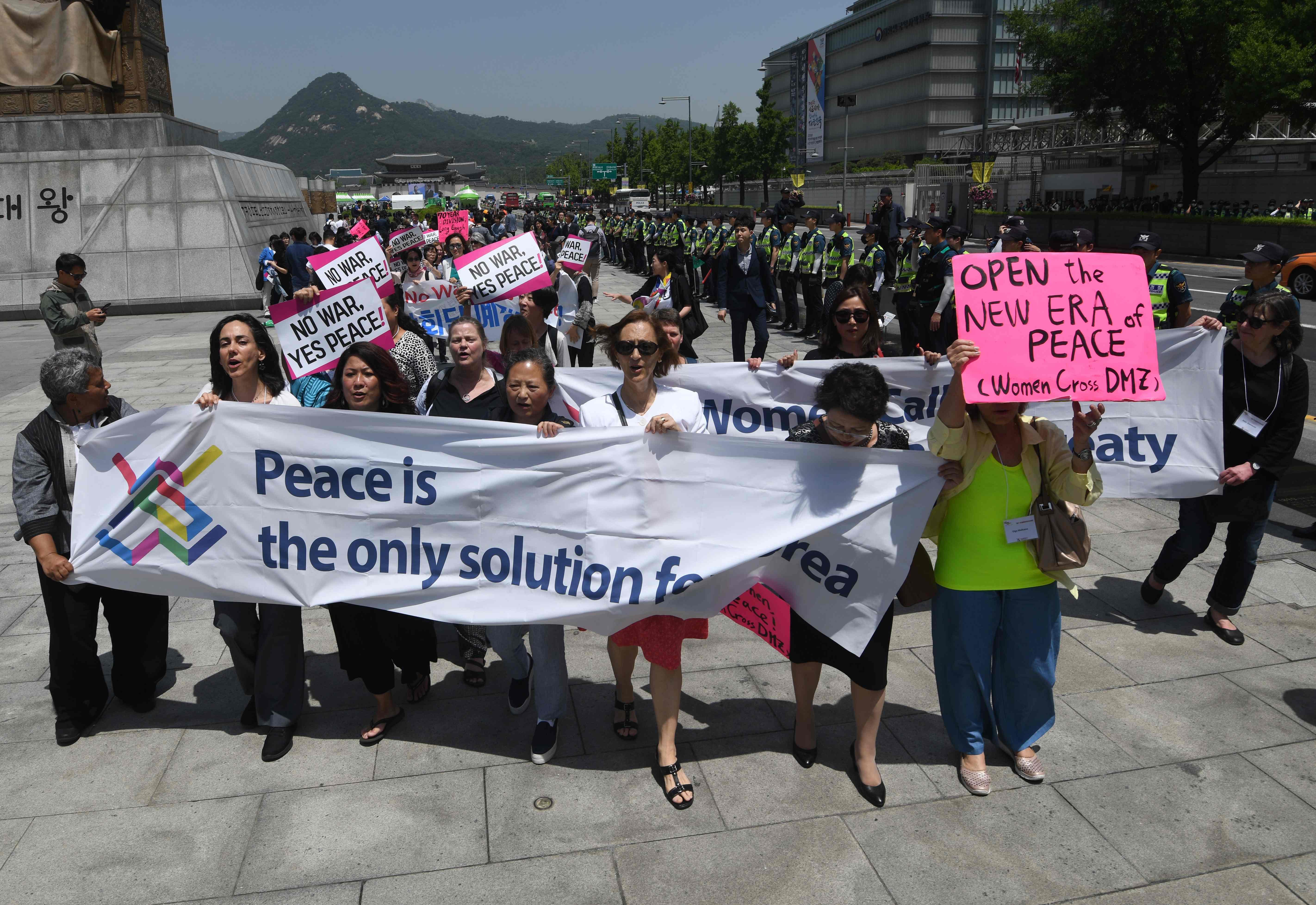 مظاهرات بمحيط السفارة الأمريكية فى كوريا الجنوبية