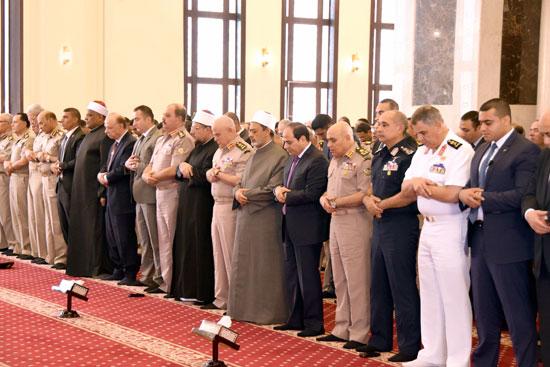 الرئيس عبد الفتاح السيسي مع كبار قادة القوات المسلحة (5)