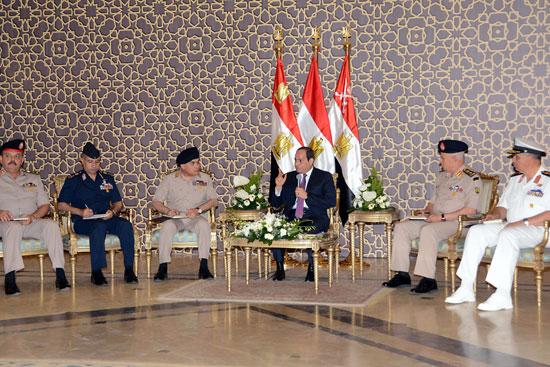 الرئيس عبد الفتاح السيسي مع كبار قادة القوات المسلحة (4)