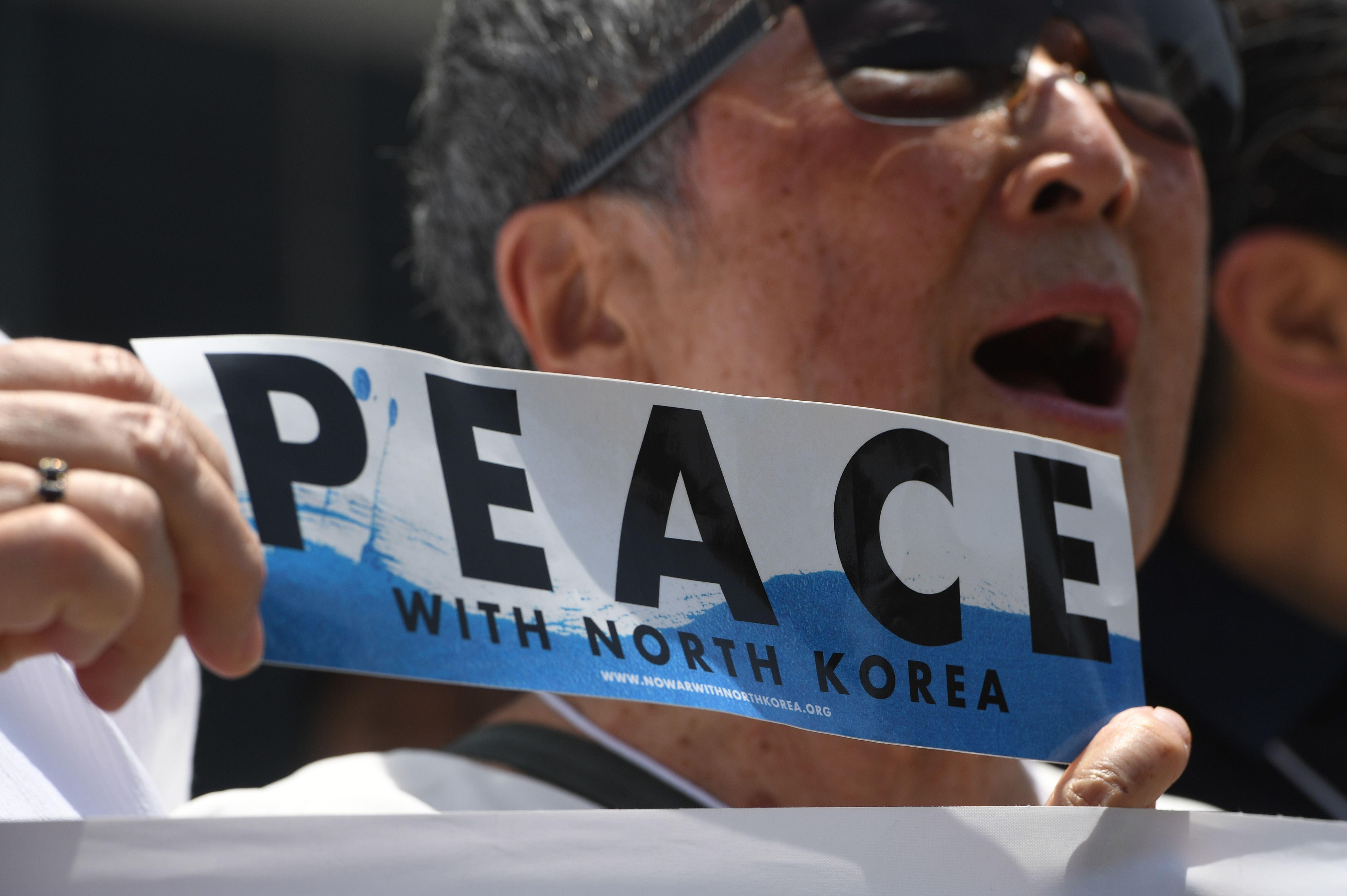 لافتة تطالب بالسلام