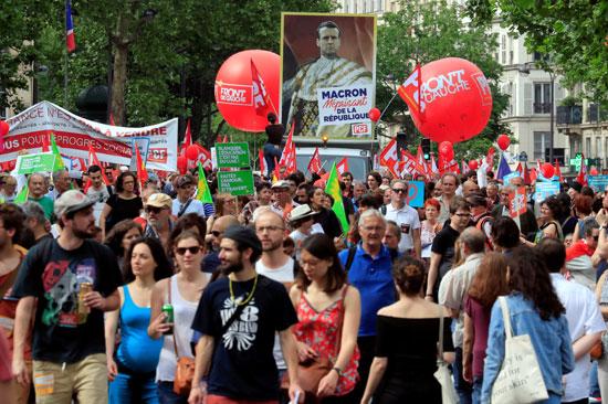 الافتات خلال المظاهرات