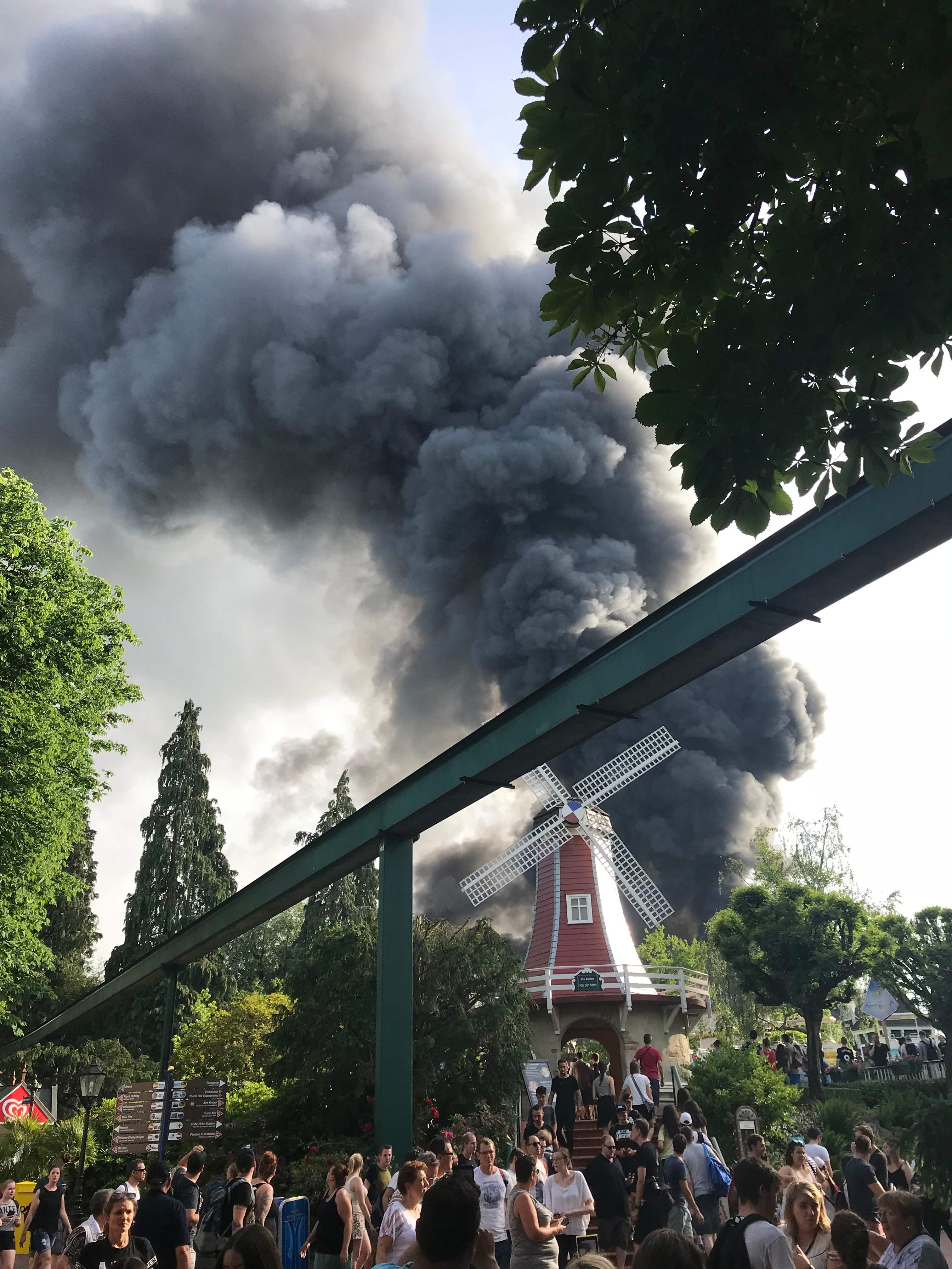 أعمدة الدخان تتصاعد جراء الحريق