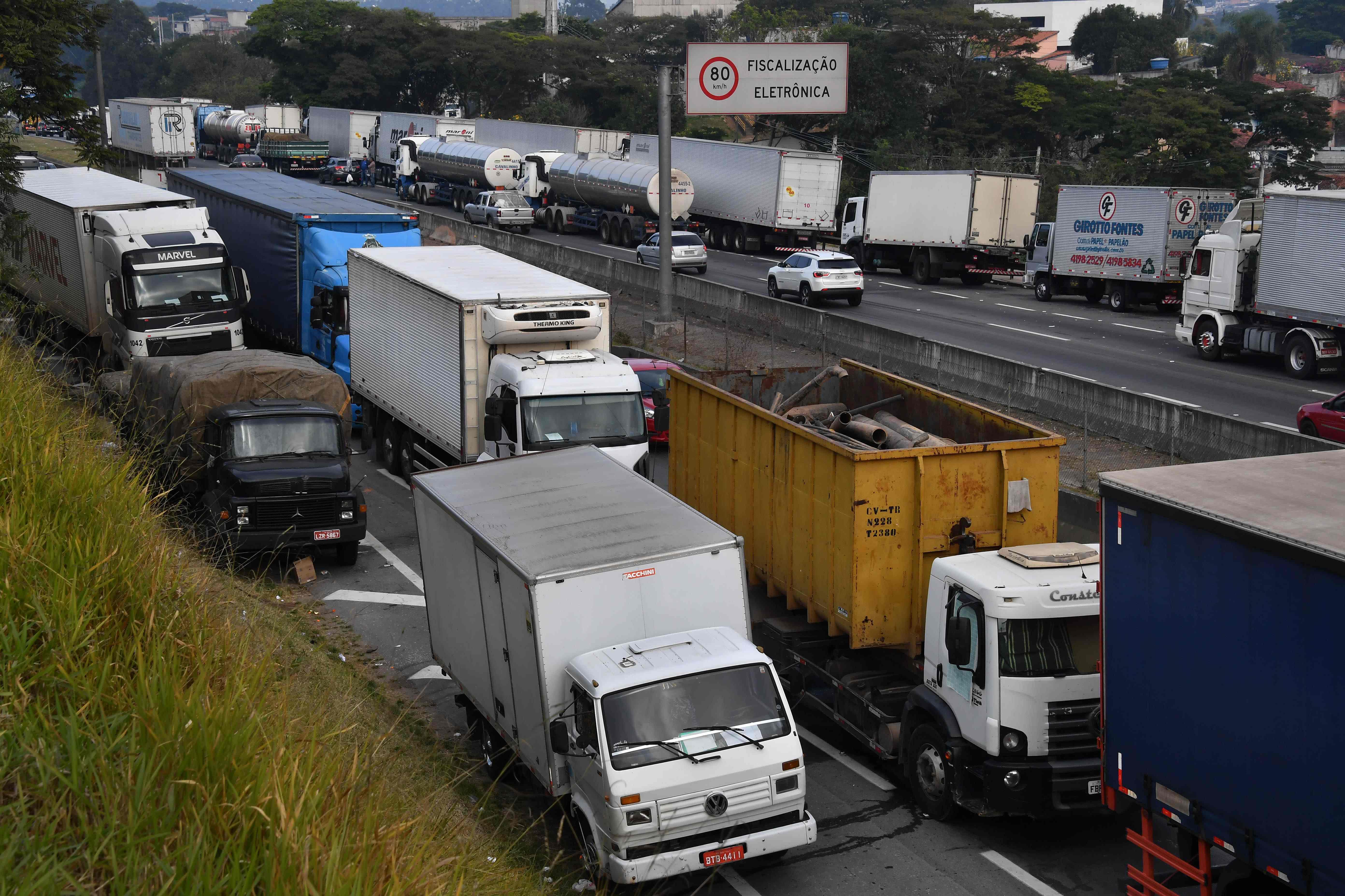 شاحنات تغلق الطرق فى البرازيل