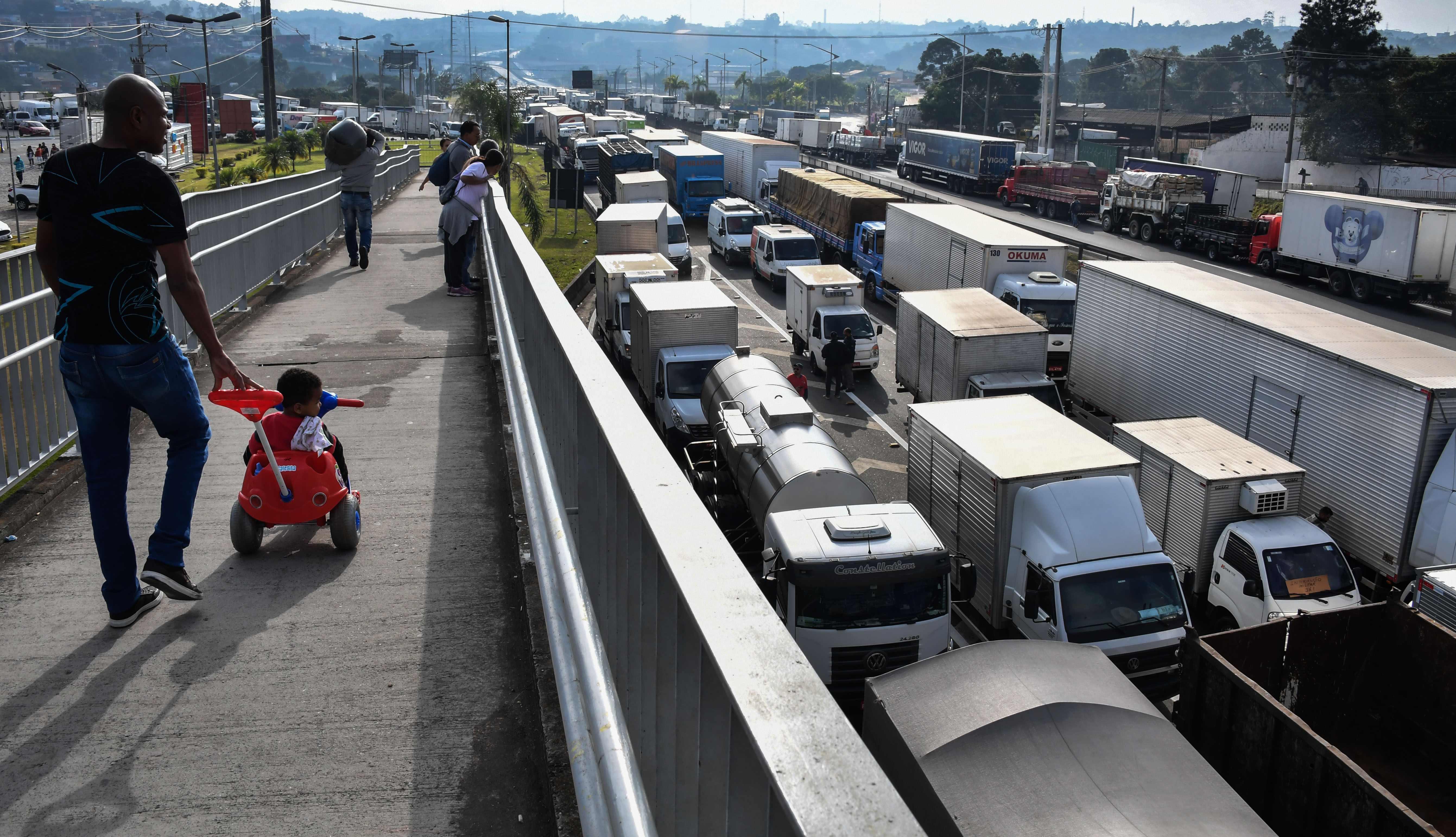 غلق طرق رئيسية فى البرازيل بالشاحنات