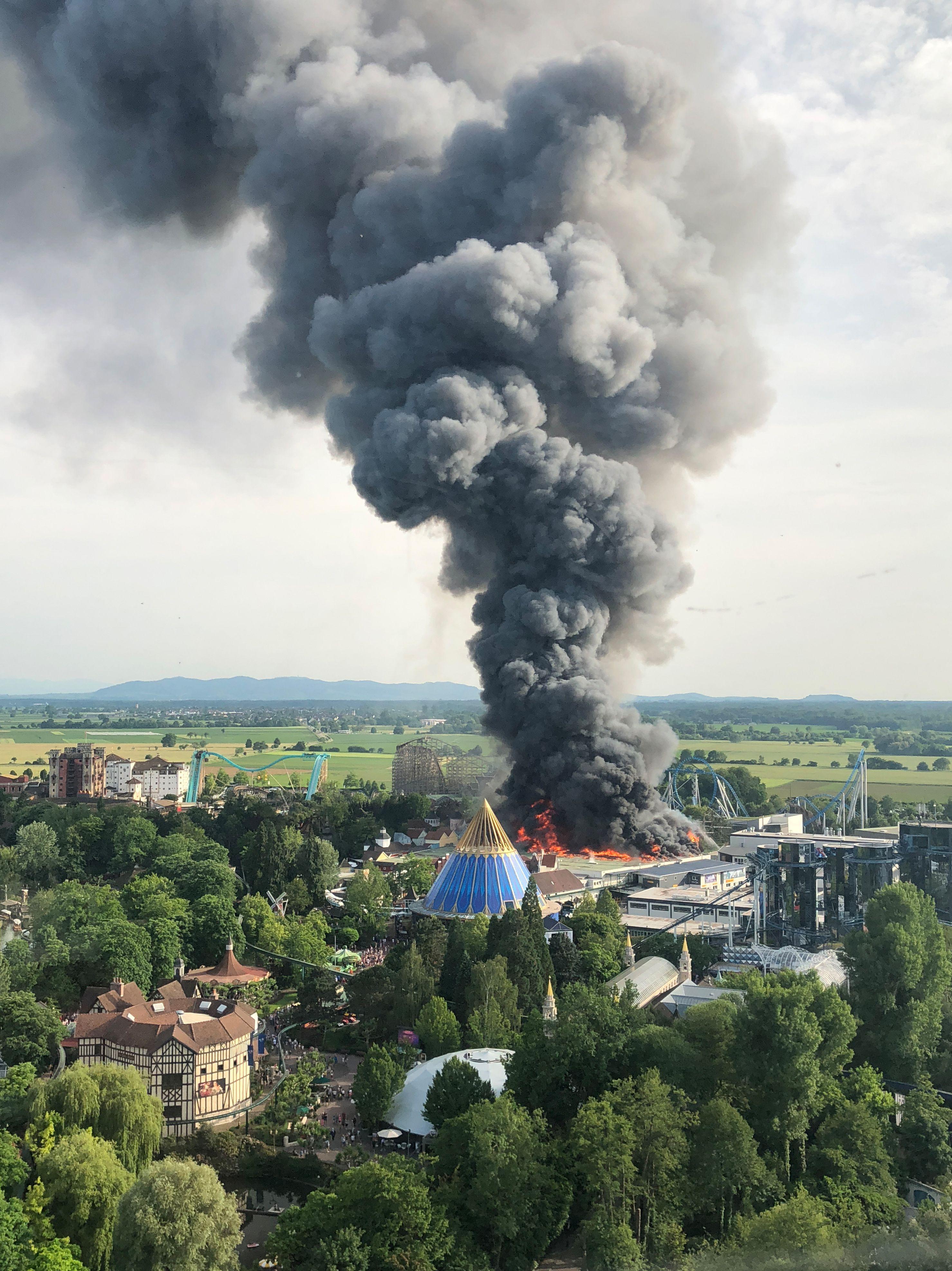 حريق ضخم بمدينة ملاهى أوروبا بارك