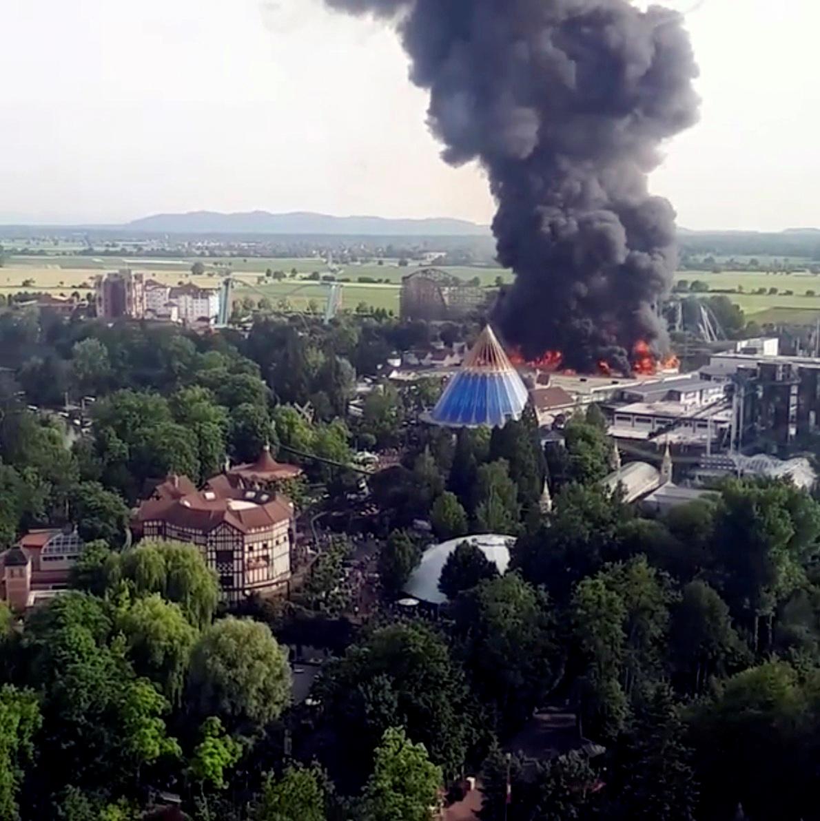 دخان جراء حريق ضخم بمدينة ملاهى أوروبا بارك