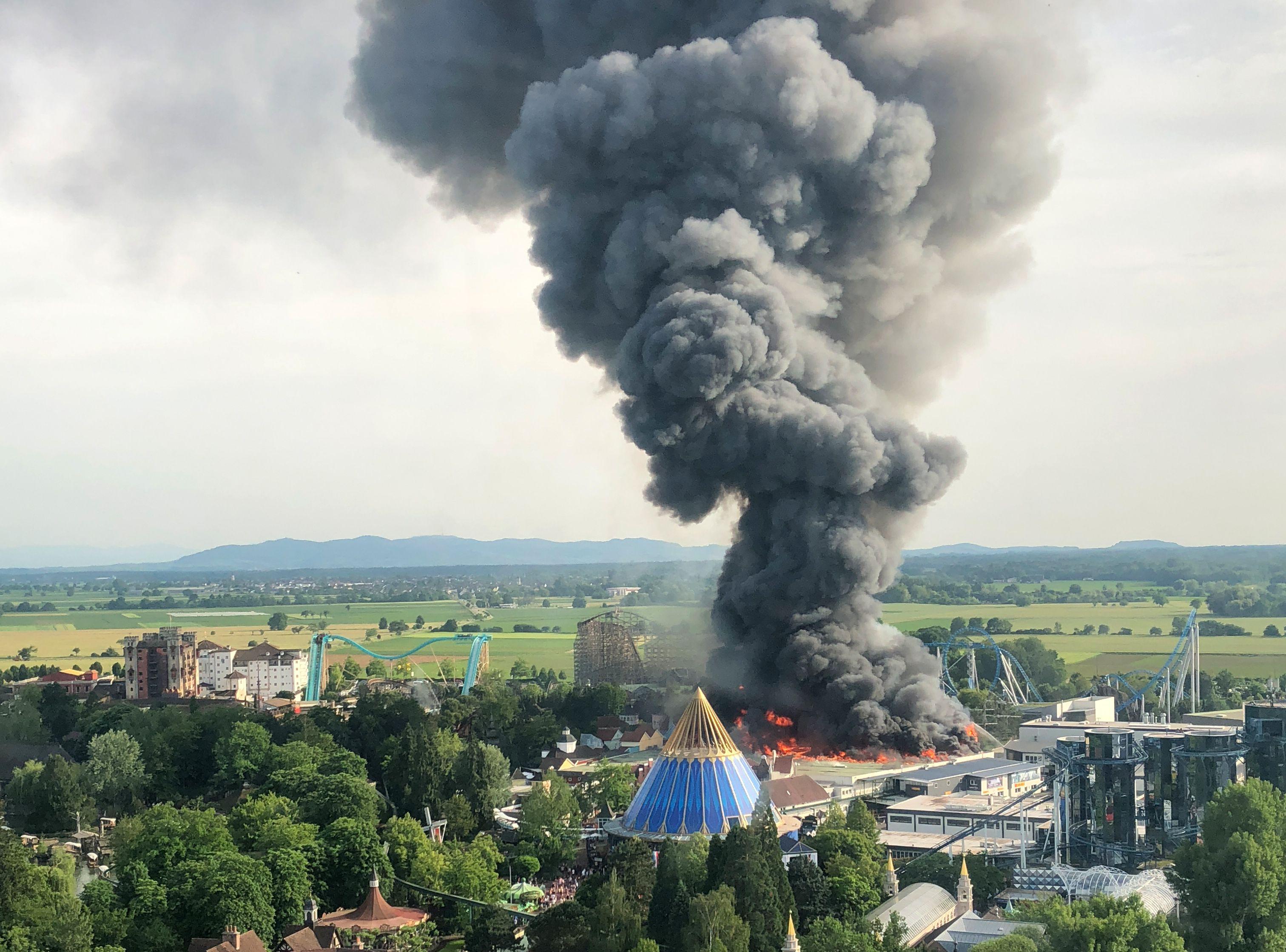 أعمدة من الدخان تخرج من الحريق