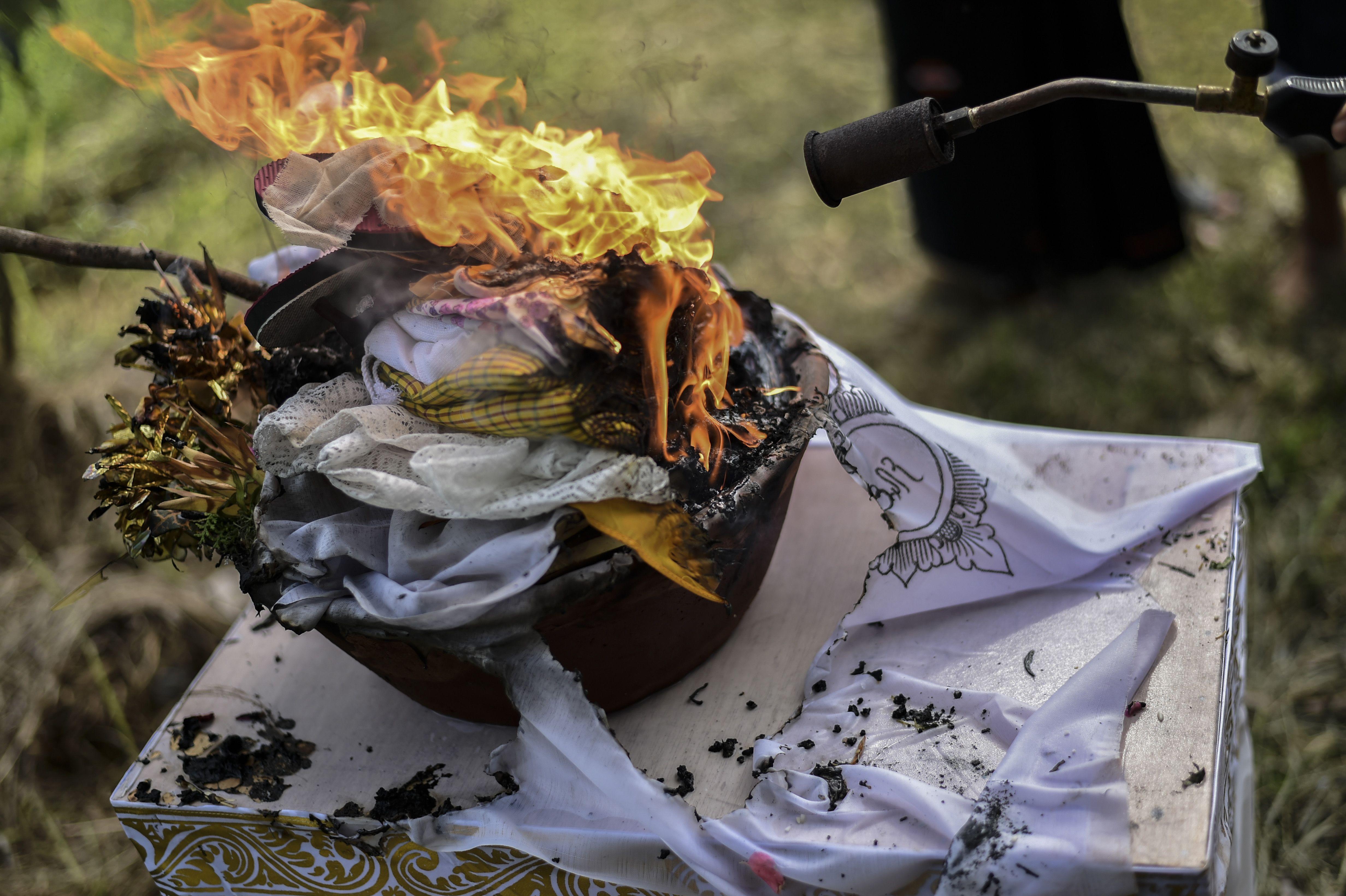 اشعال النار ضمن مراسم حرق الجثث