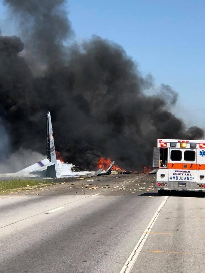 دخان أسود يتصاعد من حطام الطائرة