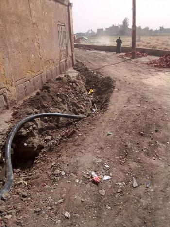 الكابل-اثناء-دفنه-بالقرية--(5)