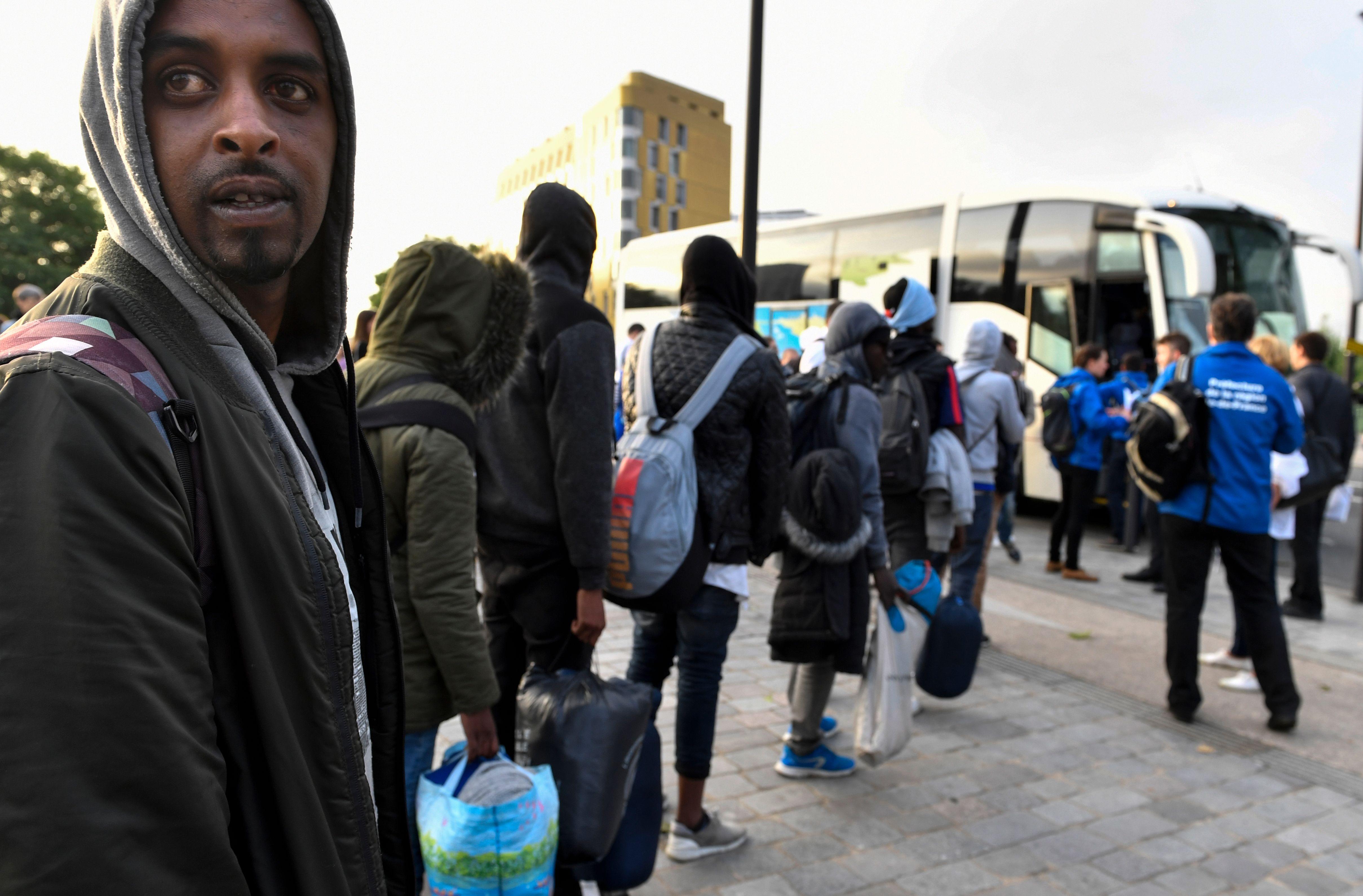 أتوبيسات لنقل المهاجرين من المخيمات فى باريس